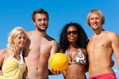 друзья пляжа играя волейбол Стоковые Изображения RF