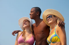 друзья пляжа имея смех Стоковые Фото
