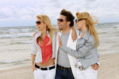 друзья пляжа счастливые Стоковая Фотография
