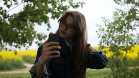 Друзья подростка представляя и принимая selfies сток-видео