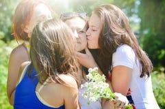 Друзья поздравляя девушку на ее дне рождения Стоковые Фотографии RF