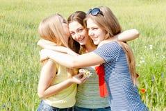 Друзья поздравляя девушку на ее дне рождения Стоковое фото RF