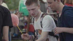 Друзья подростков собирают модель кишечника человеческого тела видеоматериал