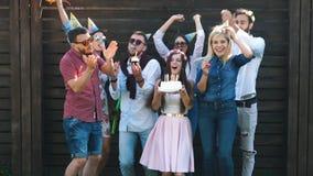 Друзья празднуют событие, смеяться над, танцы и выпивая шампанское партия видеоматериал