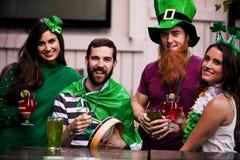 Друзья празднуя день St Patricks Стоковая Фотография