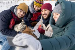 Друзья принимая Selfie в зиме стоковая фотография