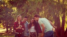 Друзья принимая selfie в парке видеоматериал