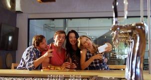 Друзья принимая selfie с мобильным телефоном 4k видеоматериал