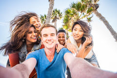 Друзья принимая selfie стоковые изображения rf