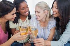 Друзья провозглашать с белым вином Стоковое Фото