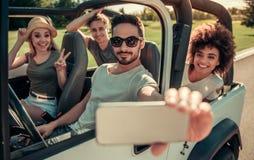 Друзья путешествуя автомобилем Стоковая Фотография