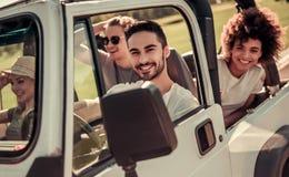 Друзья путешествуя автомобилем Стоковое Фото