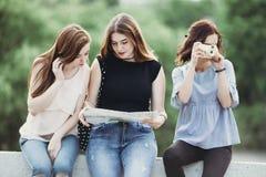 Друзья путешествуя используя город составляют карту, фотографирующ Стоковые Фотографии RF