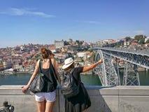 Друзья путешествуя по всему миру стоковая фотография rf