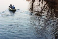 Друзья плавая на реку Стоковое Изображение RF