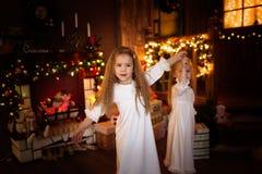 Друзья сестры девушек танцуя рождественская елка, концепция Христоса Стоковое фото RF