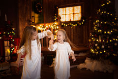 Друзья сестры девушек танцуя рождественская елка, концепция Христоса Стоковые Фотографии RF