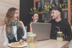 Друзья сидя в магазине кафа Стоковое Фото