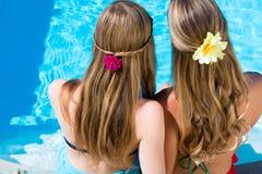 Друзья сидя на бассейне Стоковые Фото