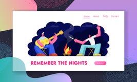 Друзья сидя на лагерном костере в nighttime с гитарой жаря зефир Туристы Компания в летнего лагеря Путешествовать отдых бесплатная иллюстрация