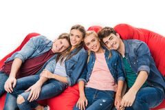 Друзья сидя на стульях сумки фасоли Стоковая Фотография RF