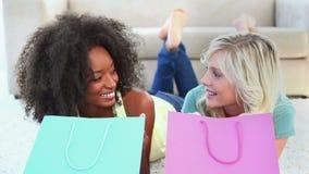 Друзья смотря в хозяйственные сумки сток-видео