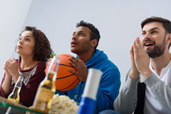 Друзья смотря спорт на ТВ Стоковые Фотографии RF