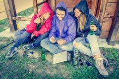 Друзья смотря телефон Стоковая Фотография RF