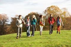 друзья собирают подростковый гулять Стоковая Фотография