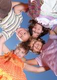 друзья собирают счастливых ся детенышей стоковое фото rf