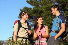 друзья собирают hiking Стоковая Фотография