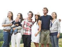 друзья собирают outdoors стоять Стоковая Фотография RF