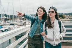 Друзья стоя в порте и наблюдая взглядах стоковые фотографии rf