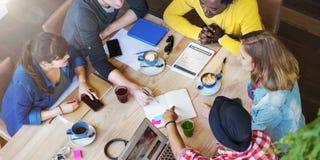 Друзья студентов встречая обсуждение изучая концепцию стоковые фото