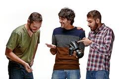 Друзья с камерой на белизне стоковое фото