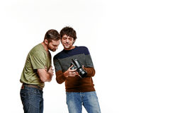Друзья с камерой на белизне стоковая фотография rf