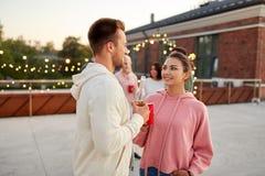 Друзья с не алкогольными напитками на партии крыши стоковая фотография