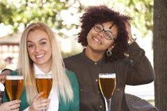 Друзья с пивом Стоковые Фотографии RF
