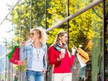 Друзья с хозяйственными сумками в улице Стоковое Изображение RF
