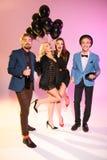Друзья с шампанским и черными воздушными шарами Стоковые Фотографии RF