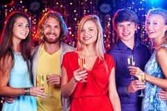 Друзья с шампанским Стоковое Изображение RF