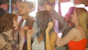 Друзья танцуя в ночном клубе видеоматериал