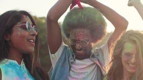 Друзья танцуя в цветах holi сток-видео