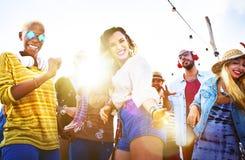 Друзья танцуя на крыше Стоковое Изображение RF
