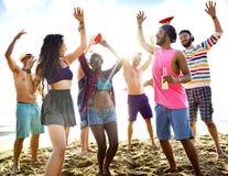 Друзья танцуя на пляже стоковое фото rf