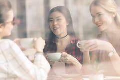 Друзья тратят время совместно на перерыве на чашку кофе Стоковое Изображение RF