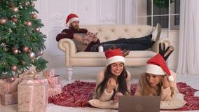 Друзья тратят канун Нового Годаа времени дома видеоматериал