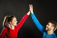 Друзья укомплектовывают личным составом и женщина празднуя дающ максимум 5 Стоковые Изображения