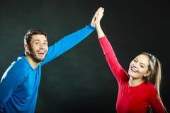 Друзья укомплектовывают личным составом и женщина празднуя дающ максимум 5 Стоковые Фото