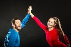 Друзья укомплектовывают личным составом и женщина празднуя дающ максимум 5 Стоковая Фотография RF
